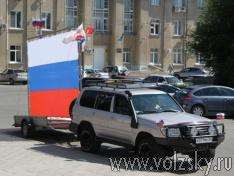 volzsky.ru-gigantskiy-flag-provezut-po-volzhskomu